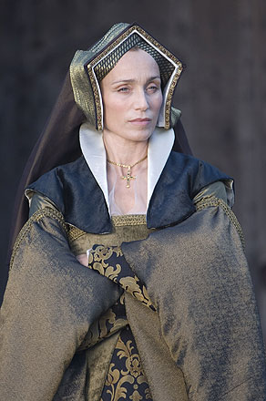 Kristin Scott-Thomas como Elizabeth Boleyn.