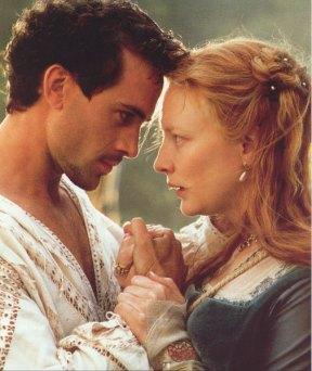 Cate Blanchett e Joseph Fiennes no filme Elizabeth em 1998.
