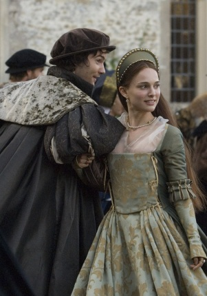 Jim Sturgess como George Bolena, e Natalie Portman como Ana Bolena, no filme 'The Other Boleyn Girl' em 2008.