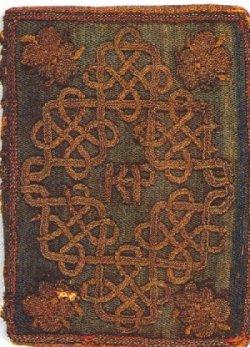 Livro que Elizabeth traduziu sozinha para Catarina. É possível ver as iniciais da Rainha, 'KP', na capa.