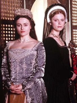 Helena Bonham Carter como Ana Bolena e Emilia Fox como Jane Seymour no filme 'Henry VIII' em 2003.