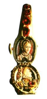Um dos anéis de Elizabeth continham uma imagem sua e de outra mulher - possivelmente sua mãe.