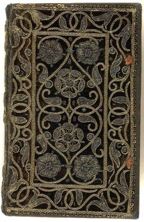 Livro com capa bordada do século XVI.