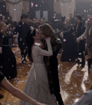 O casamento de Maria Stuart e Francisco na série Reign.