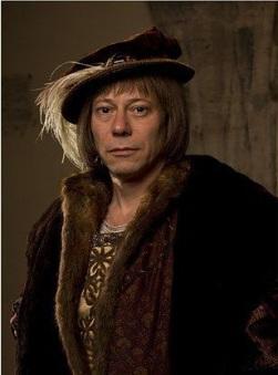 O ator Mathieu Amalric interpreta Eustace Chapuys na série Wolf Hall.